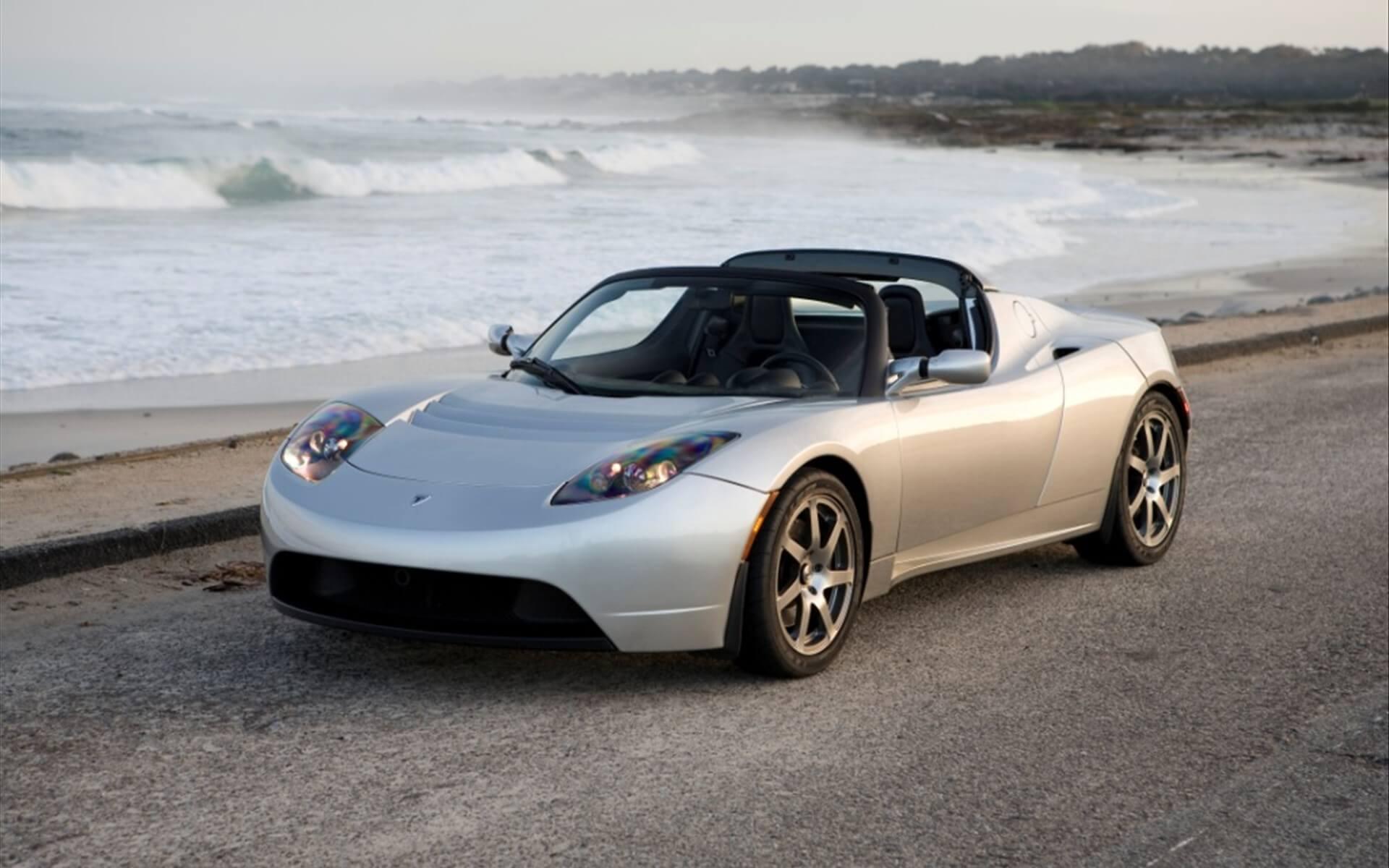 Первый электромобиль компании Tesla под названием Tesla Roadster
