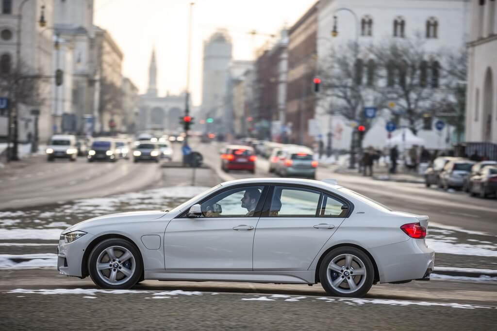 Фотография экоавто BMW 330e iPerformance - фото 12