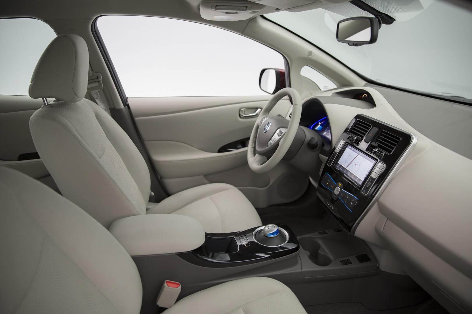 Интерьер Nissan Leaf первого поколения
