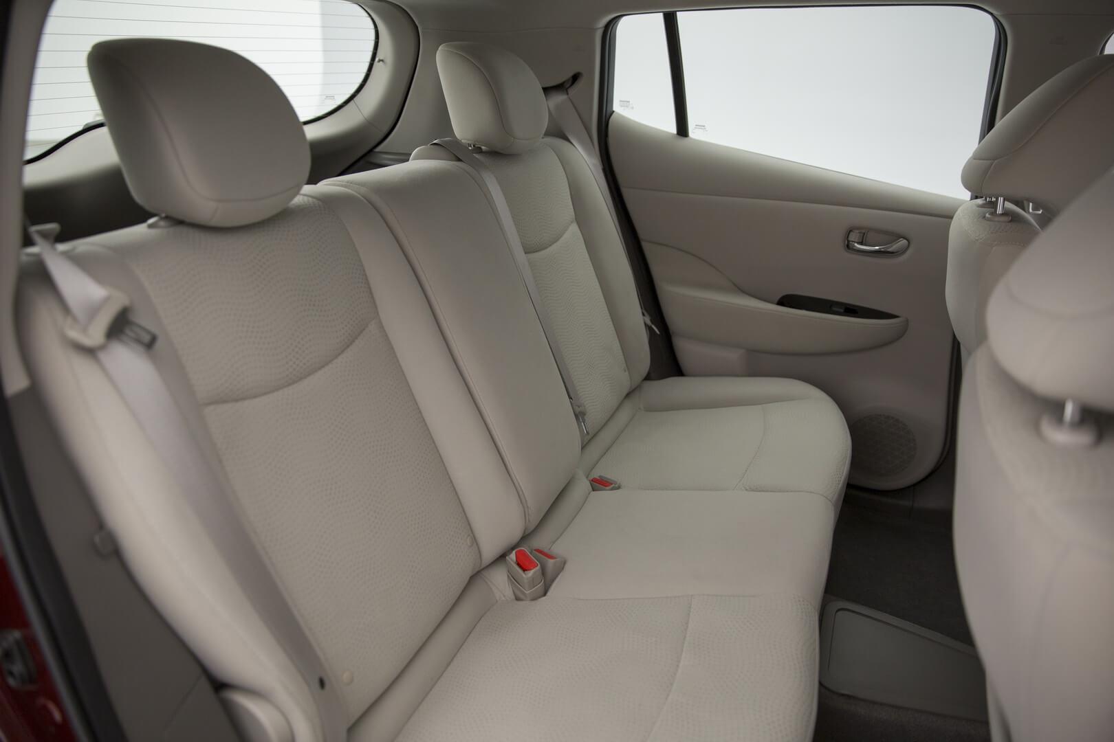 Задний ряд сидений Nissan Leaf первого поколения