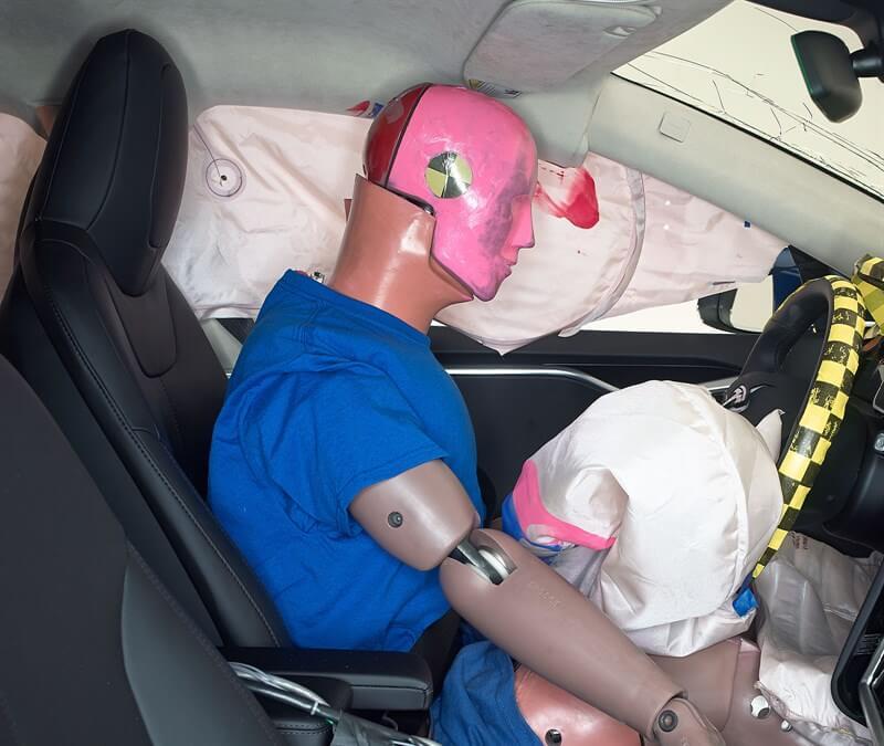 Размазанная смазка показывает, где голова манекена соприкасалась сбоковой подушкой безопасности вовремя отскока