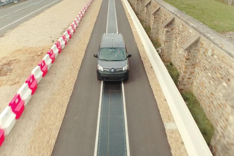 Renault Kangoo Z.E наспециально построенном испытательном треке