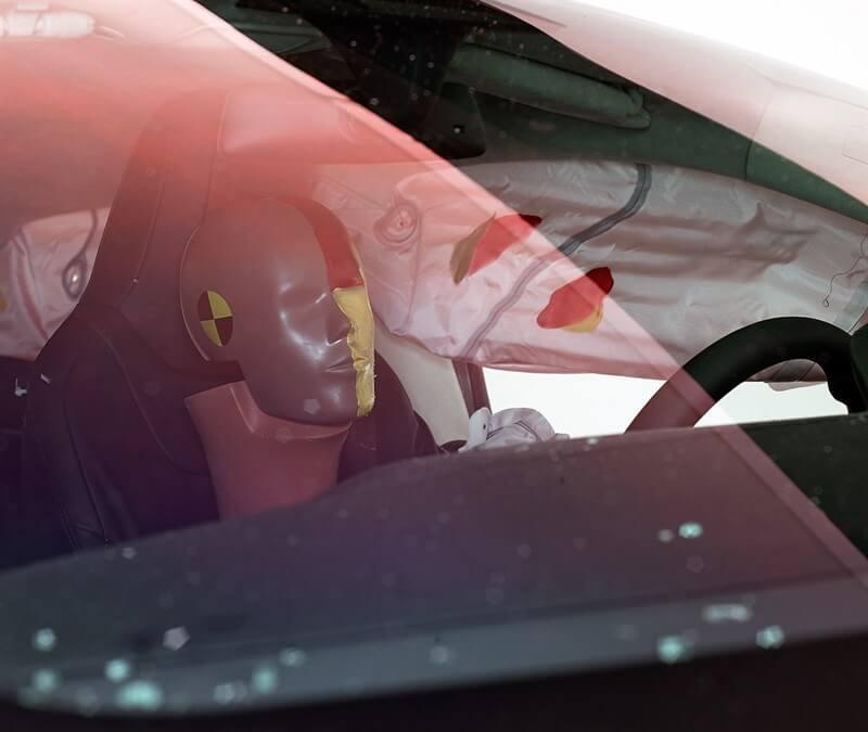 Размазанная смазка показывает, где голова водителя-манекена была защищена от ударов