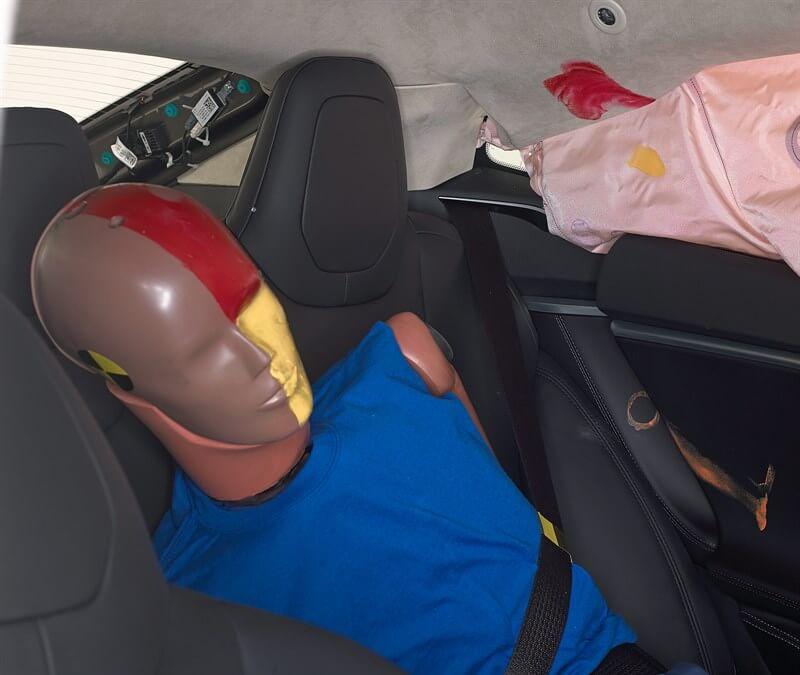 Размазанная смазка показывает, где голова заднего пассажира защищена боковой подушкой безопасности.