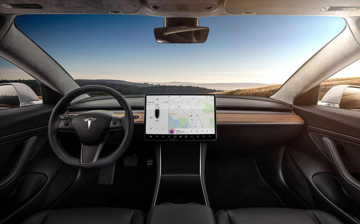 Минималистичность дизайна приборной панели электромобиля Tesla Model 3