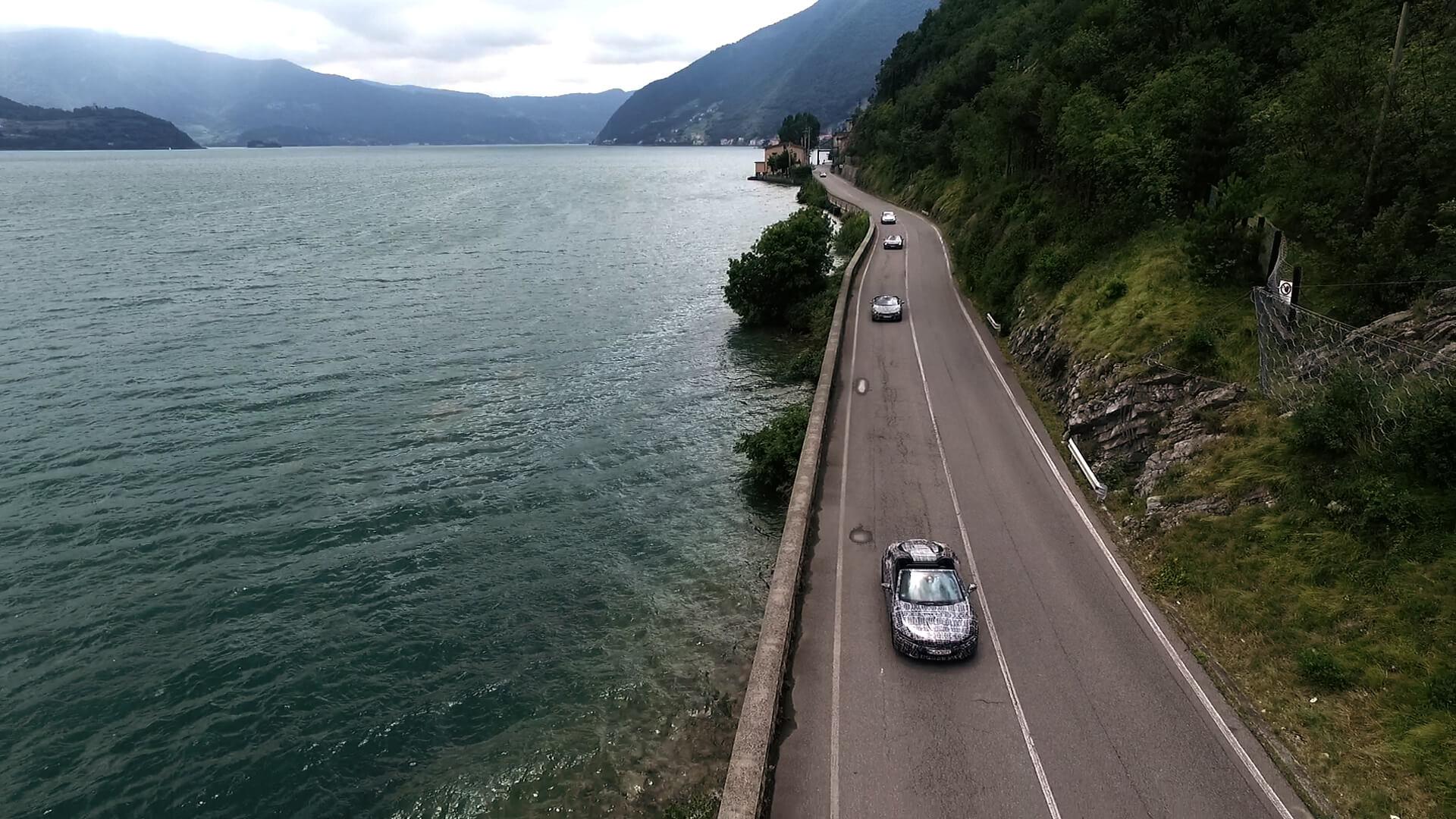 Новый BMW i8 Roadster впроцессе движения позагородным трассам юга Франции