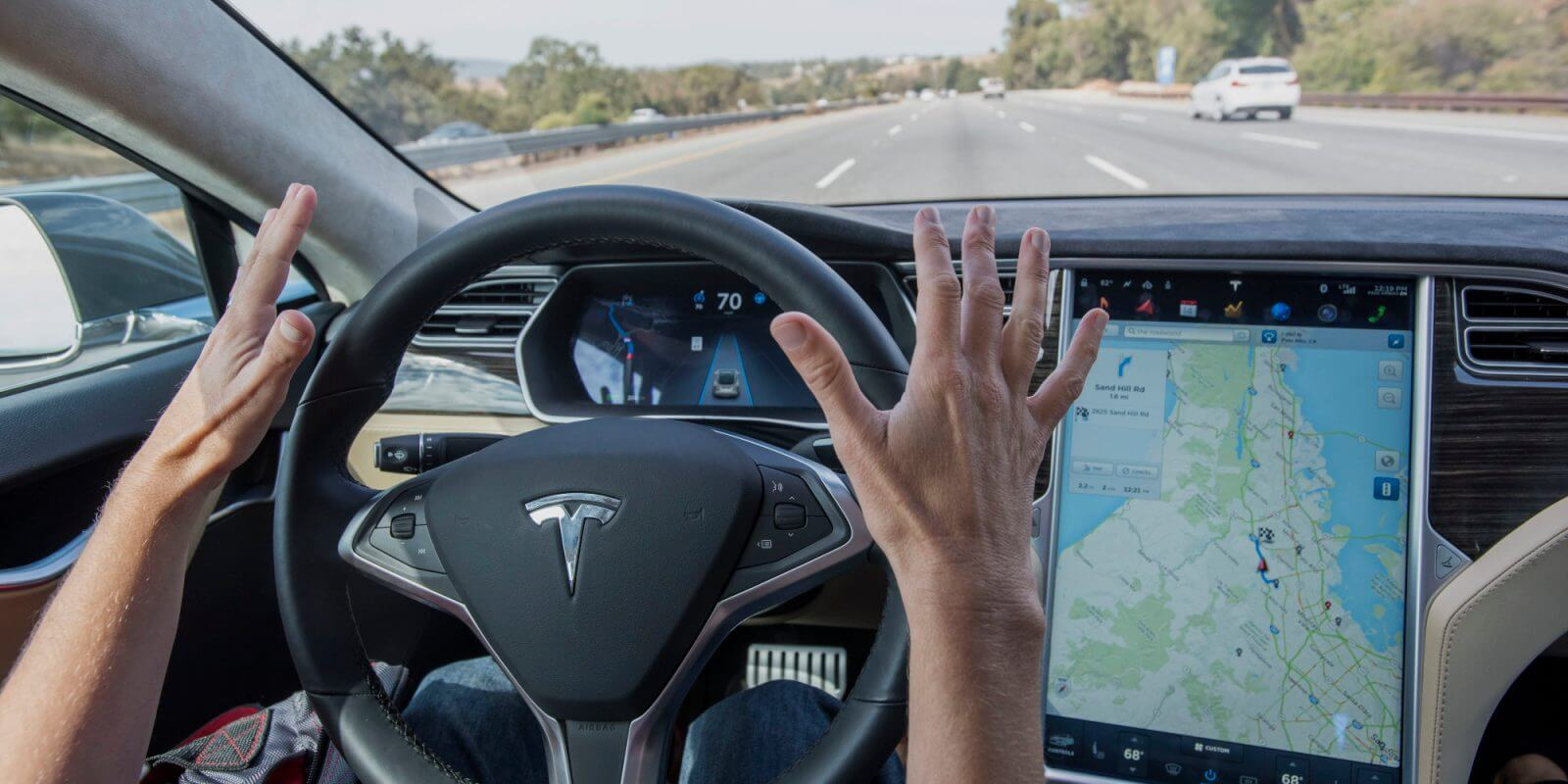 Система автономного управления Tesla безопаснее водителя