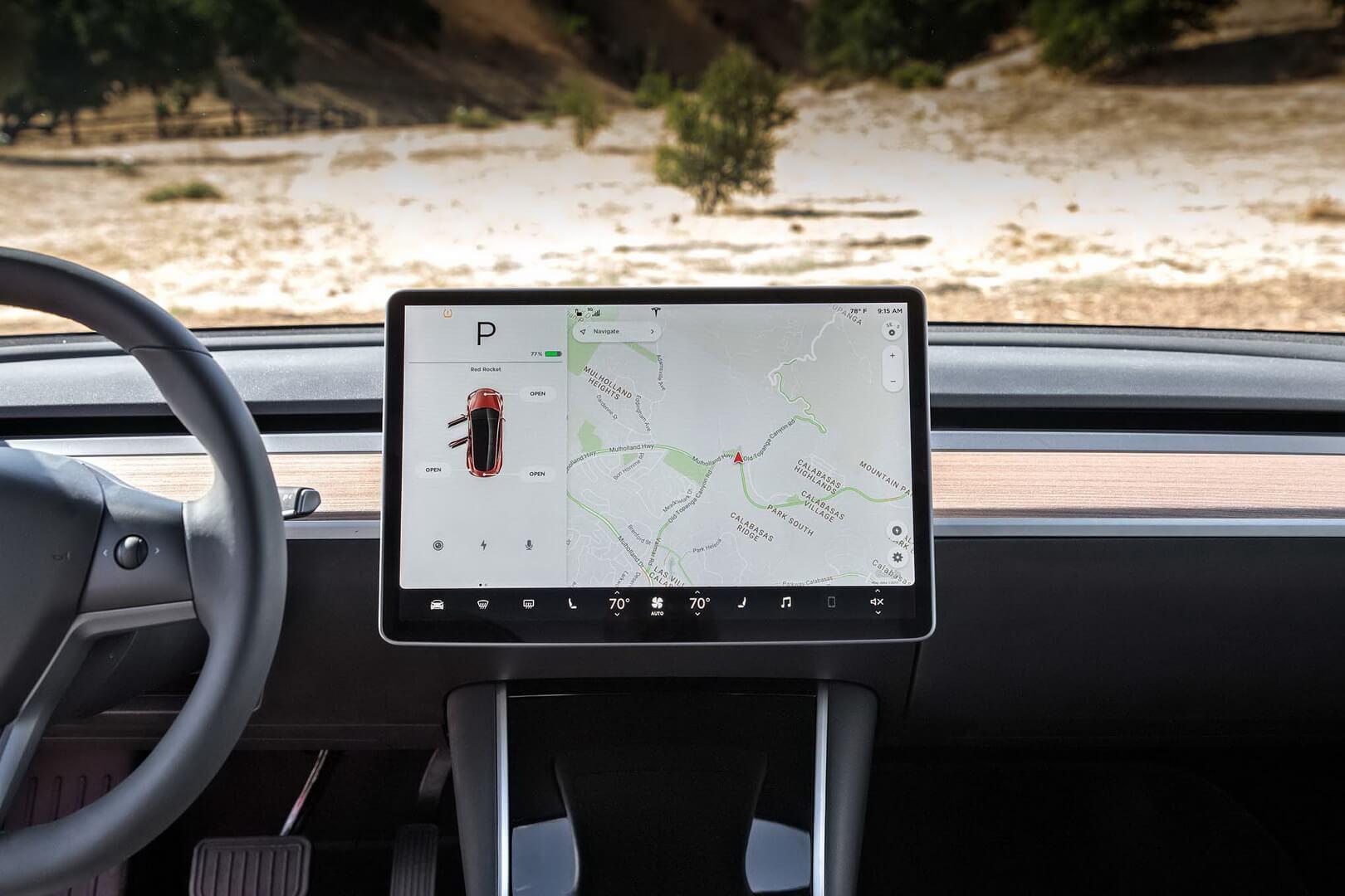 Информационный дисплей управления расположен по центру в Tesla Model 3