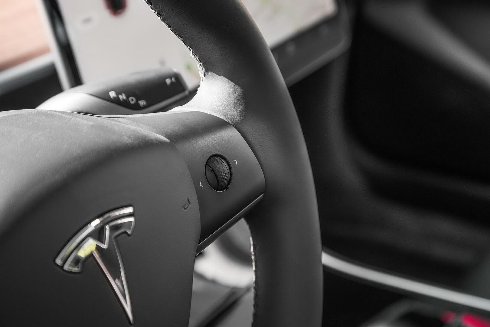 Рулевое колесо в Tesla Model 3