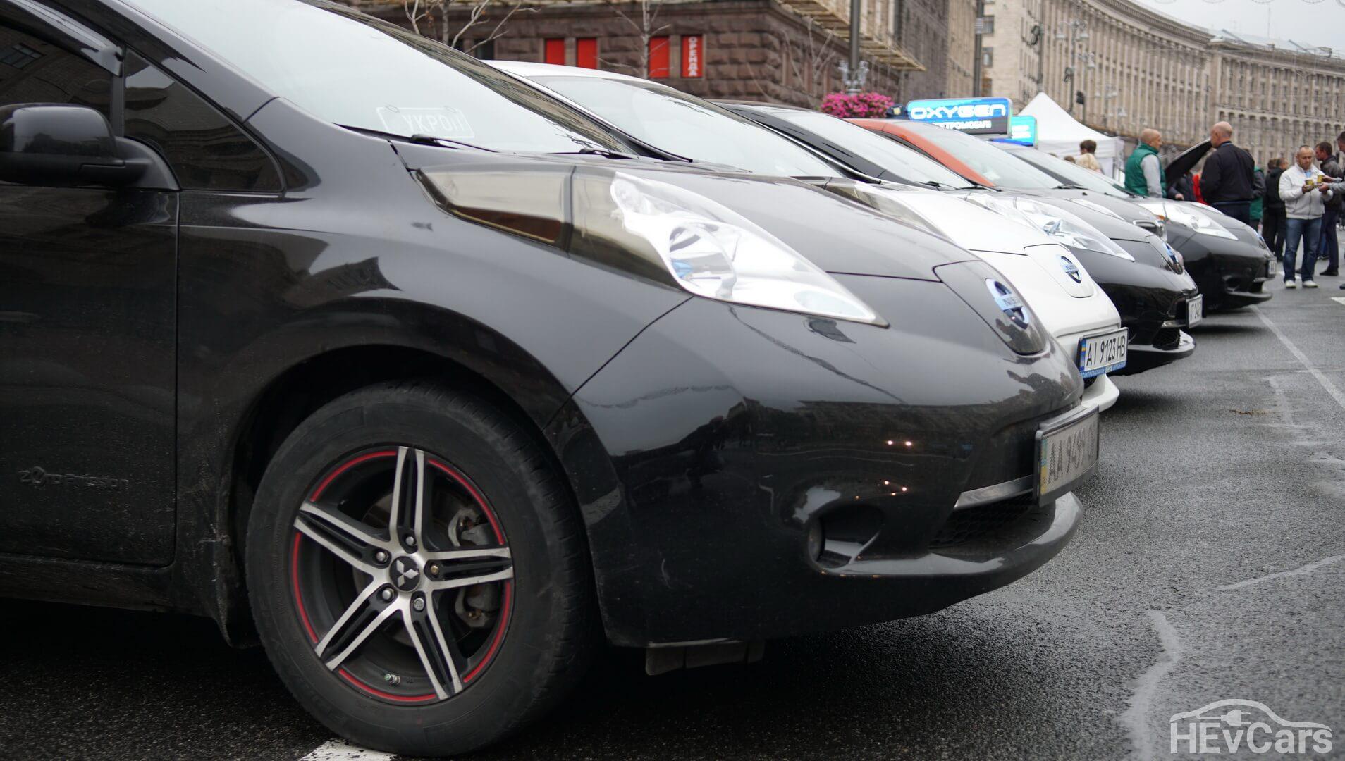 Электромобили на выставке в центре Киева