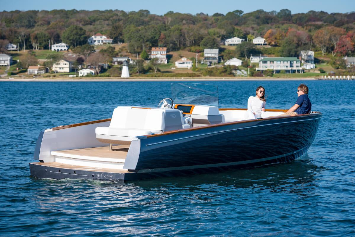 Электрическая лодка Hinckley Dasher в воде