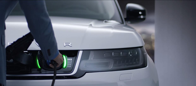 Подключение зарядного кабеля спереди автомобиля Range Rover Sport PHEV