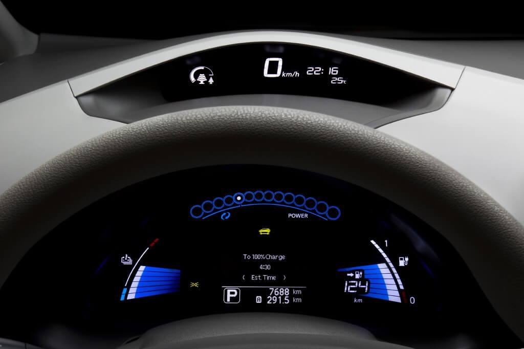 Электромобиль Nissan Leaf выращивает «ёлки»