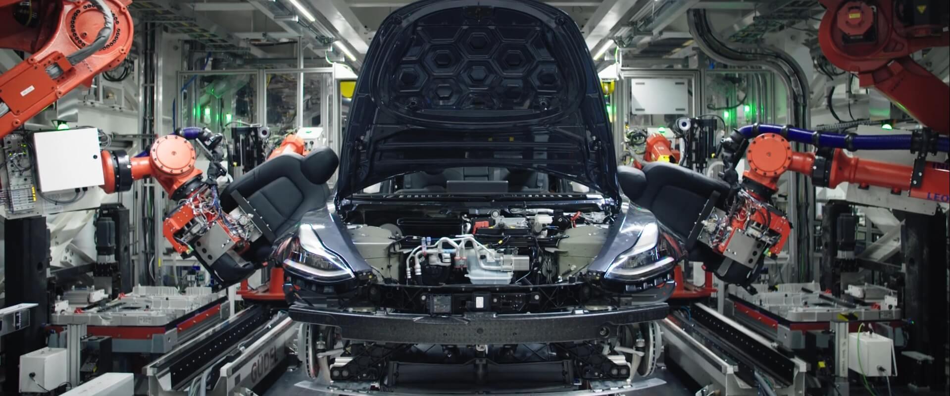 Финальная сборка электромобиля Tesla Model 3