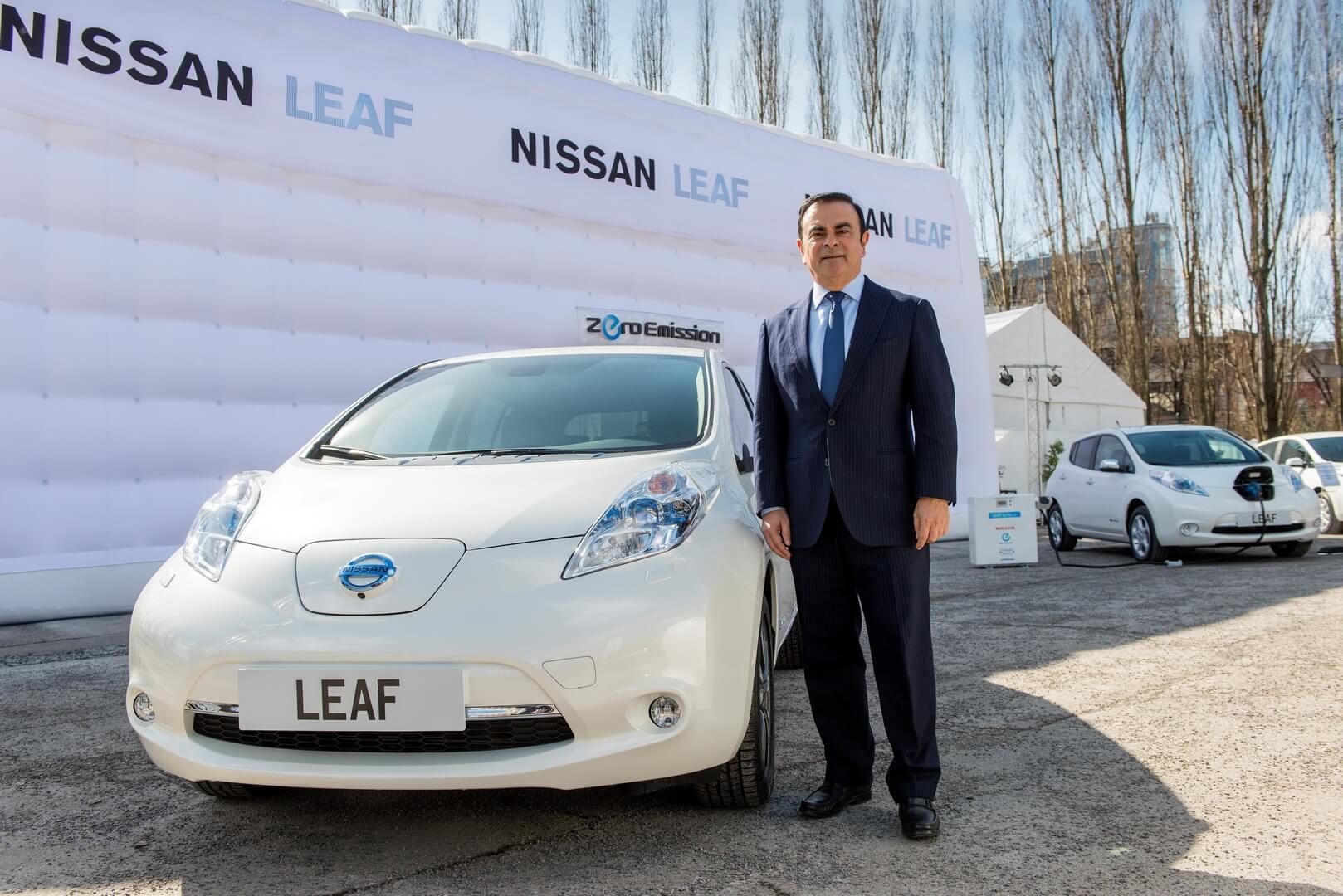 Карлос Гон возле электромобиля Nissan Leaf