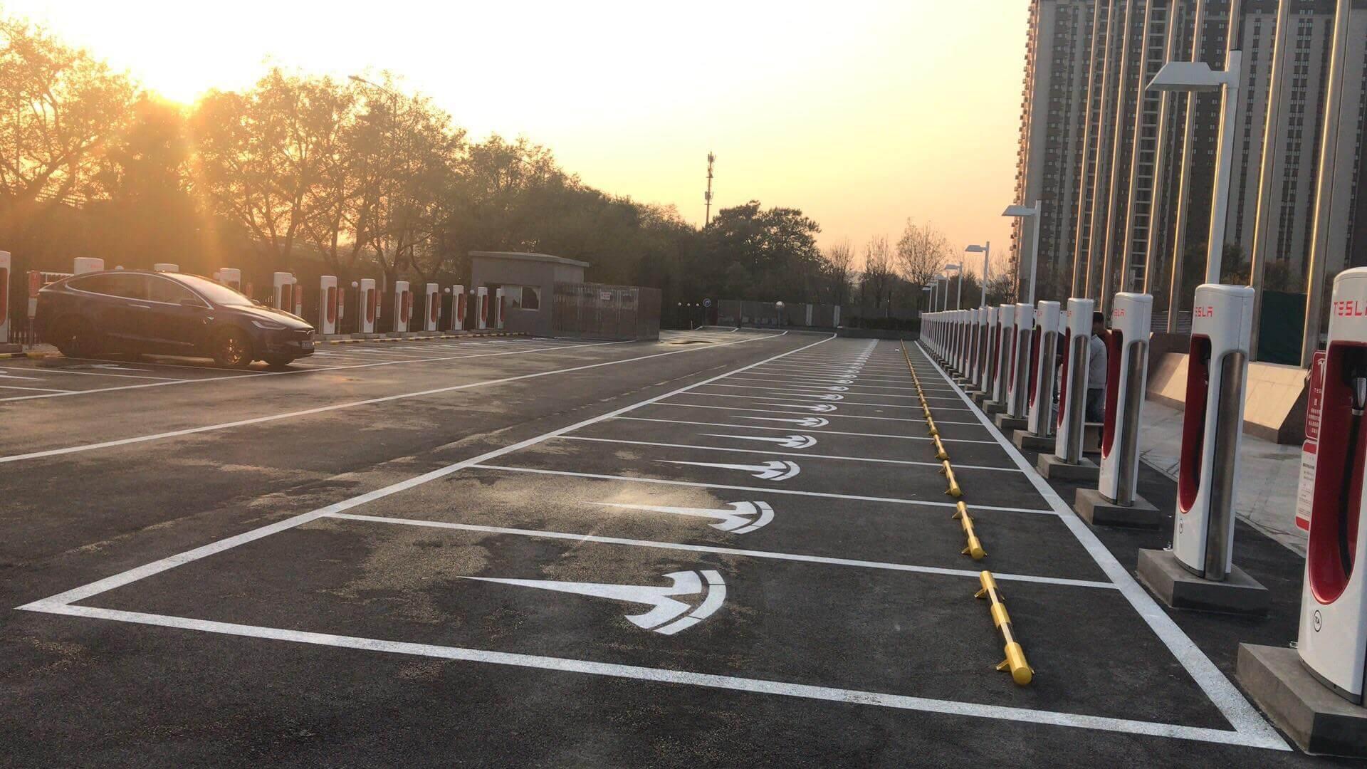 Зарядные станции Tesla Supercharger наплощади Баолун вПекине