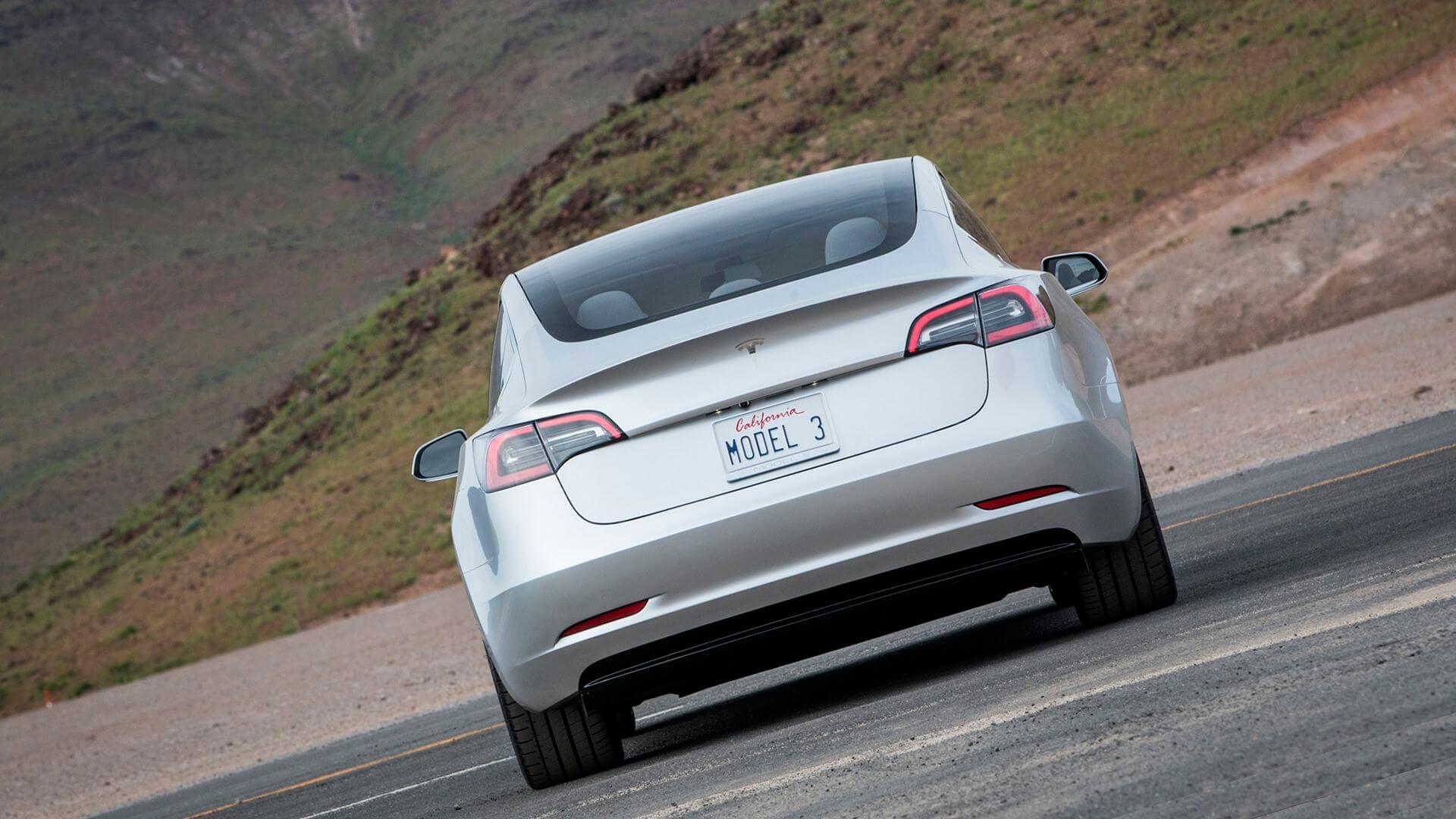 Tesla Model 3 — вид сзади