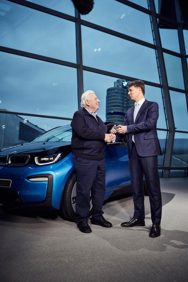 Председатель правления BMW передает ключи новому владельцу 100-тысячного электромобиля BMW i3