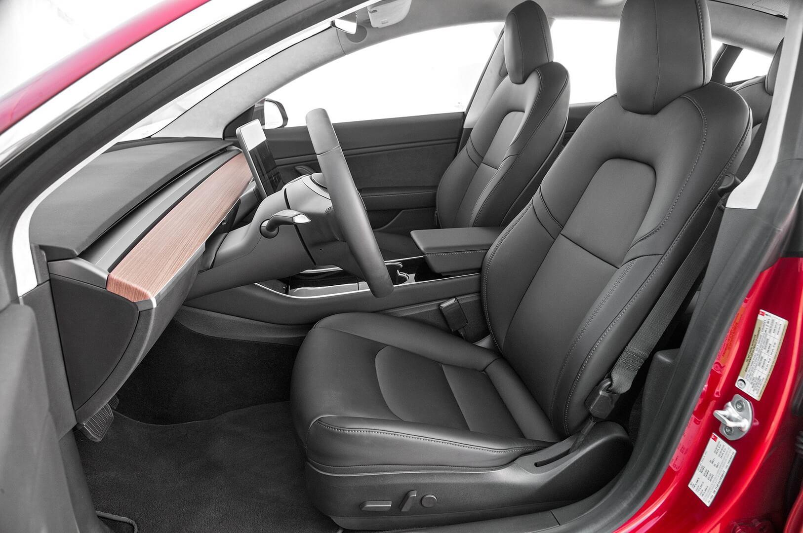 Передний ряд сидений в Tesla Model 3