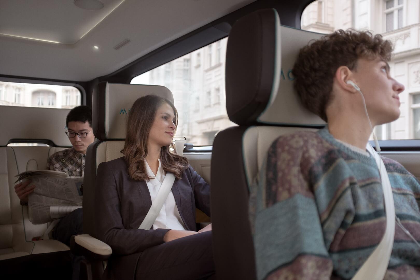 Пассажиры на местах во время поездки