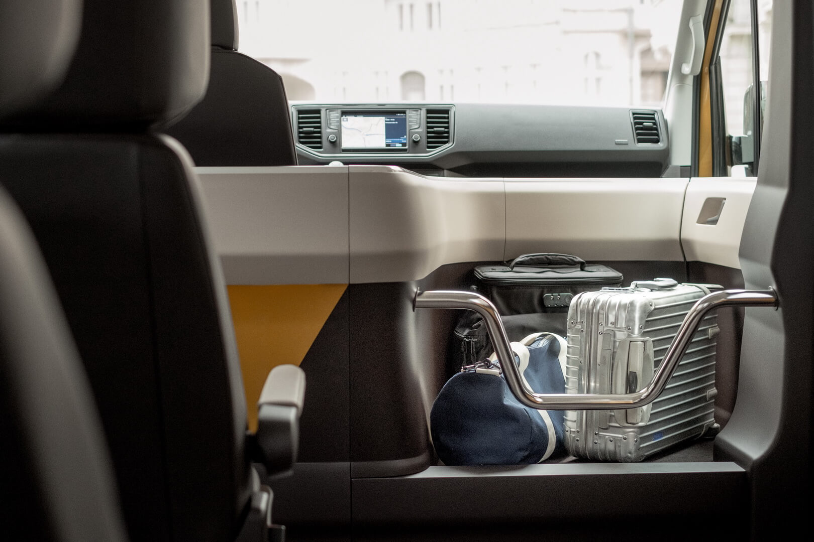 Багаж можно хранить в секции рядом сводителем