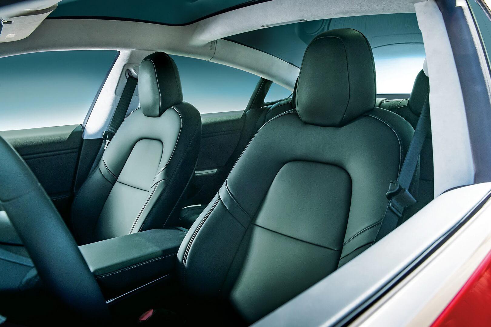 Передние сиденья электромобиля Tesla Model 3