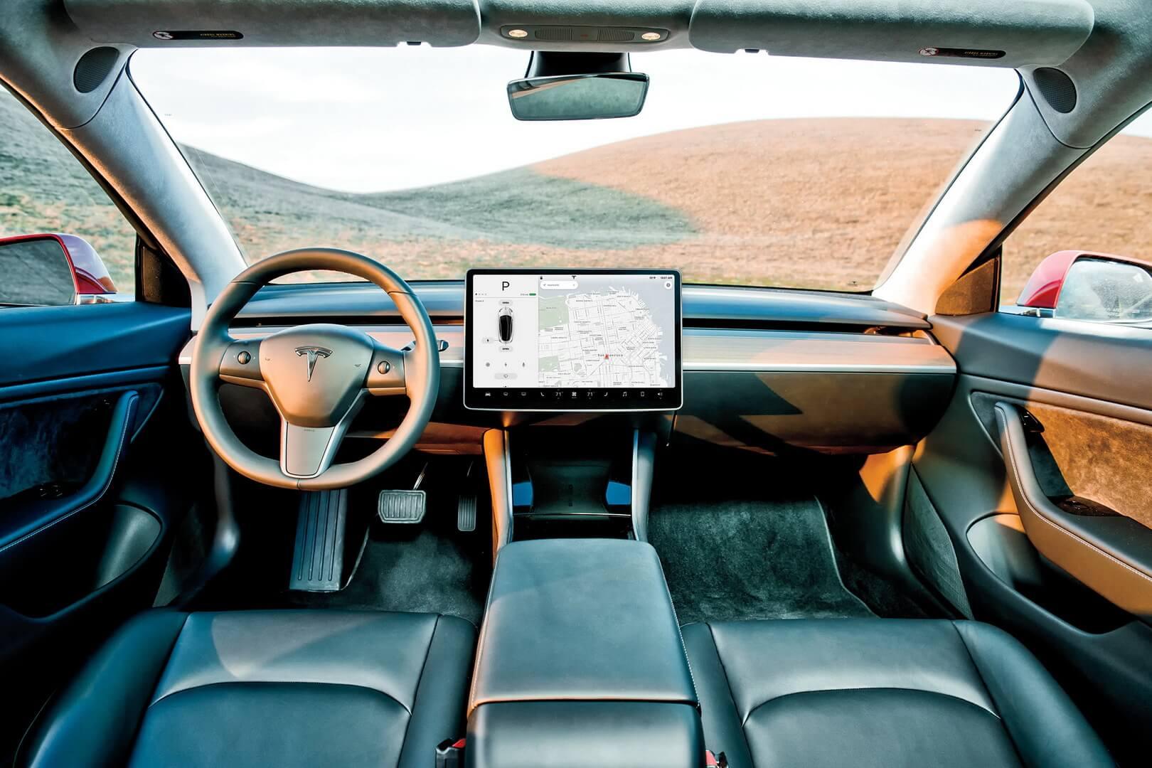 Дисплей в центральной консоли электромобиля Tesla Model 3