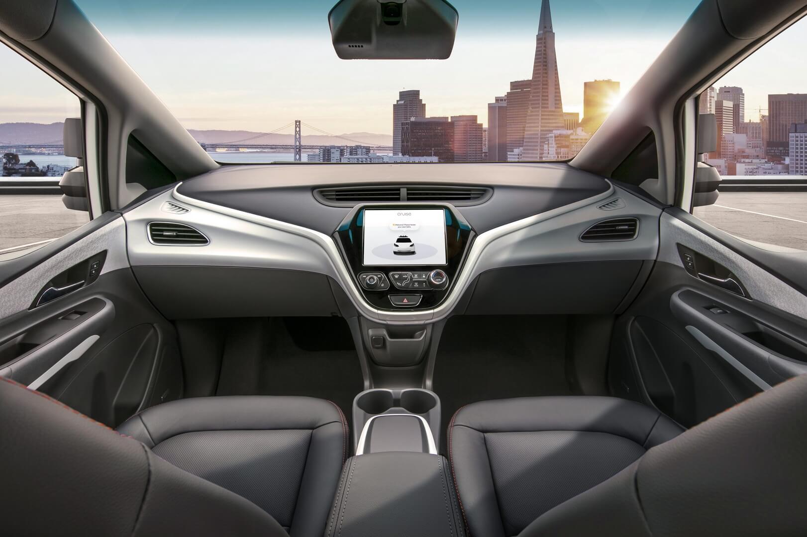 Передние сидения в CruiseAV с дисплеем на передней панели без рулевого колеса