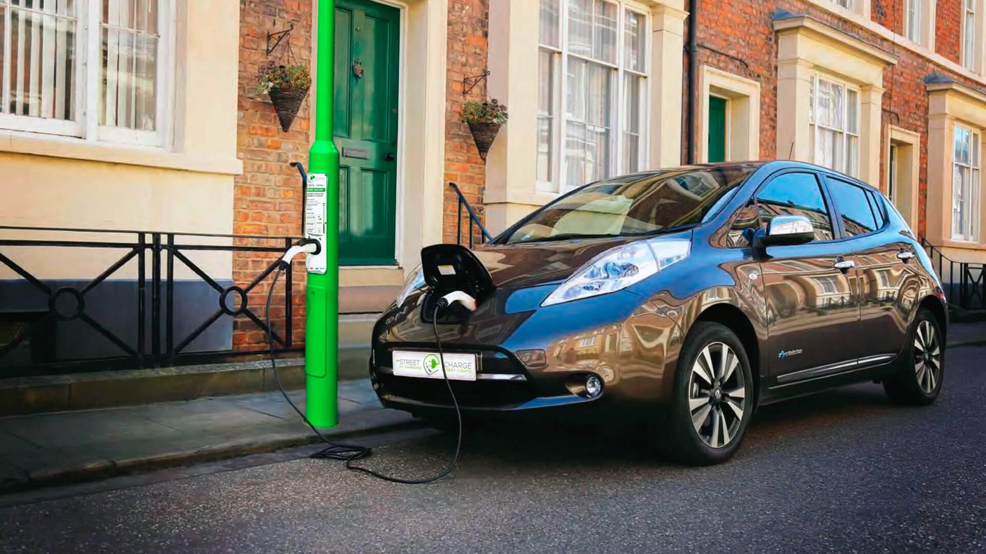 Nissan Leaf на зарядке
