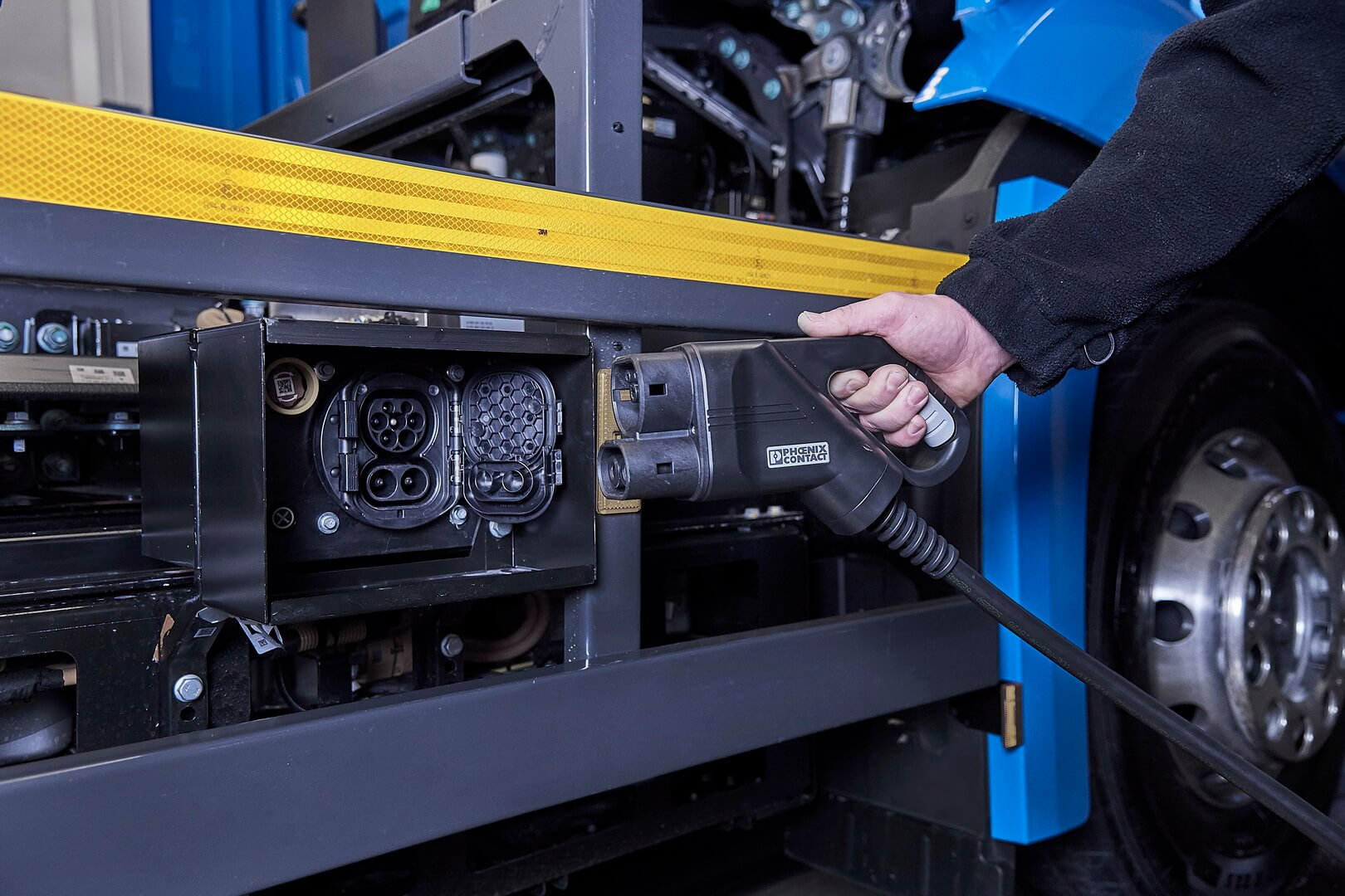 Порт зарядки электрогрузовика Mercedes-Benz eActros
