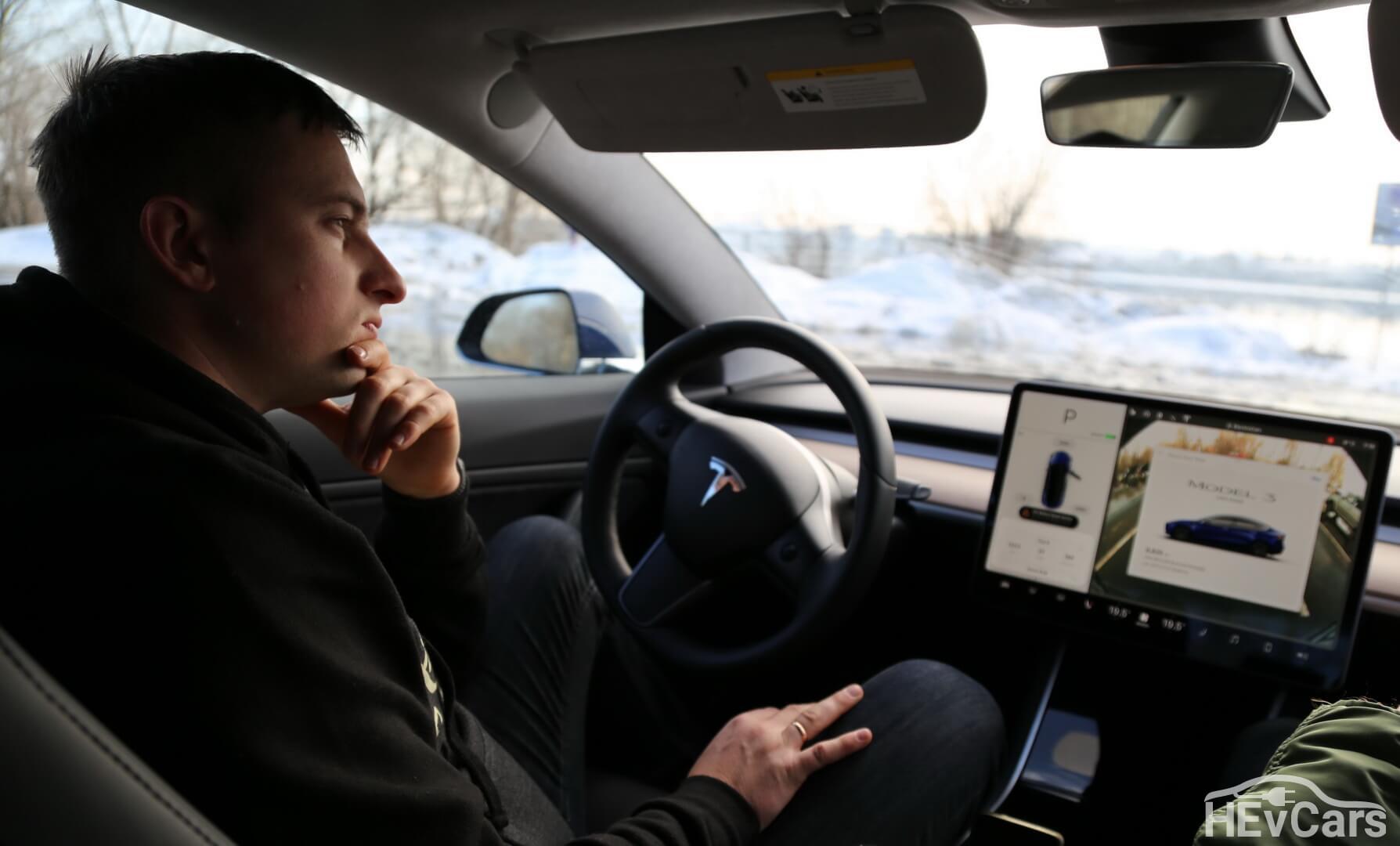 Александр Кравцов в Tesla Model 3 во время интервью