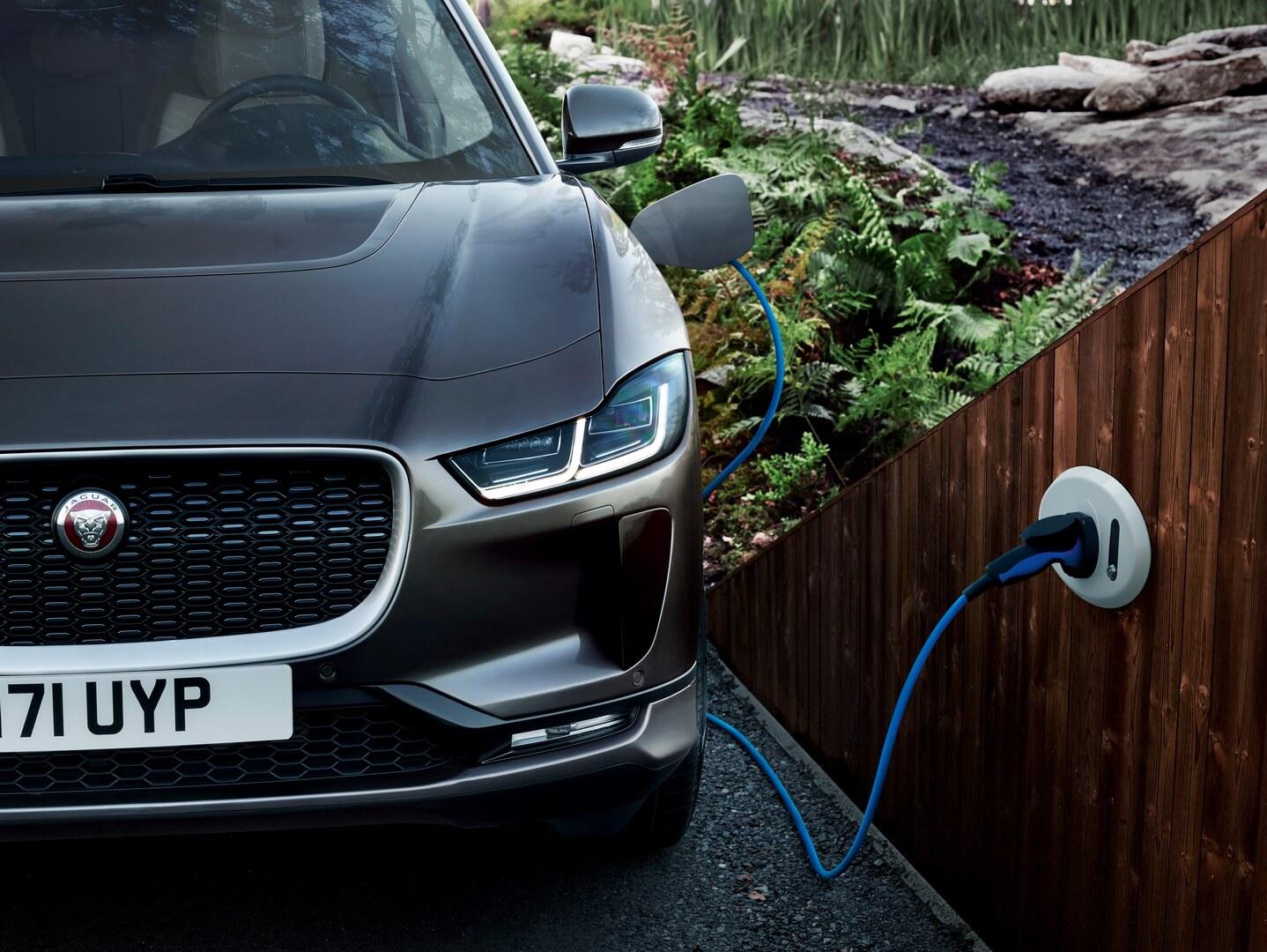 Jaguar I-Pace на зарядке
