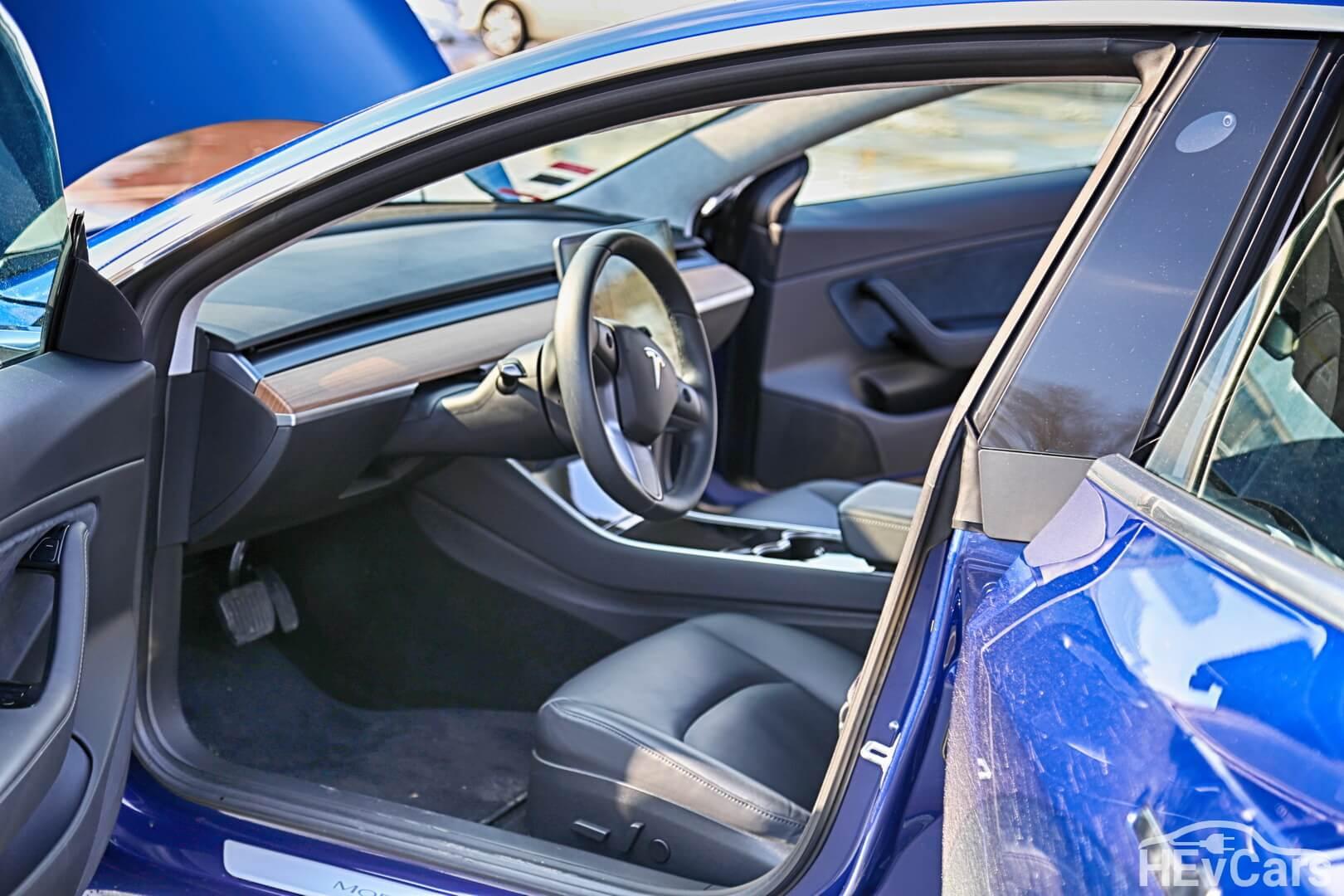 Вид на салон Tesla Model 3