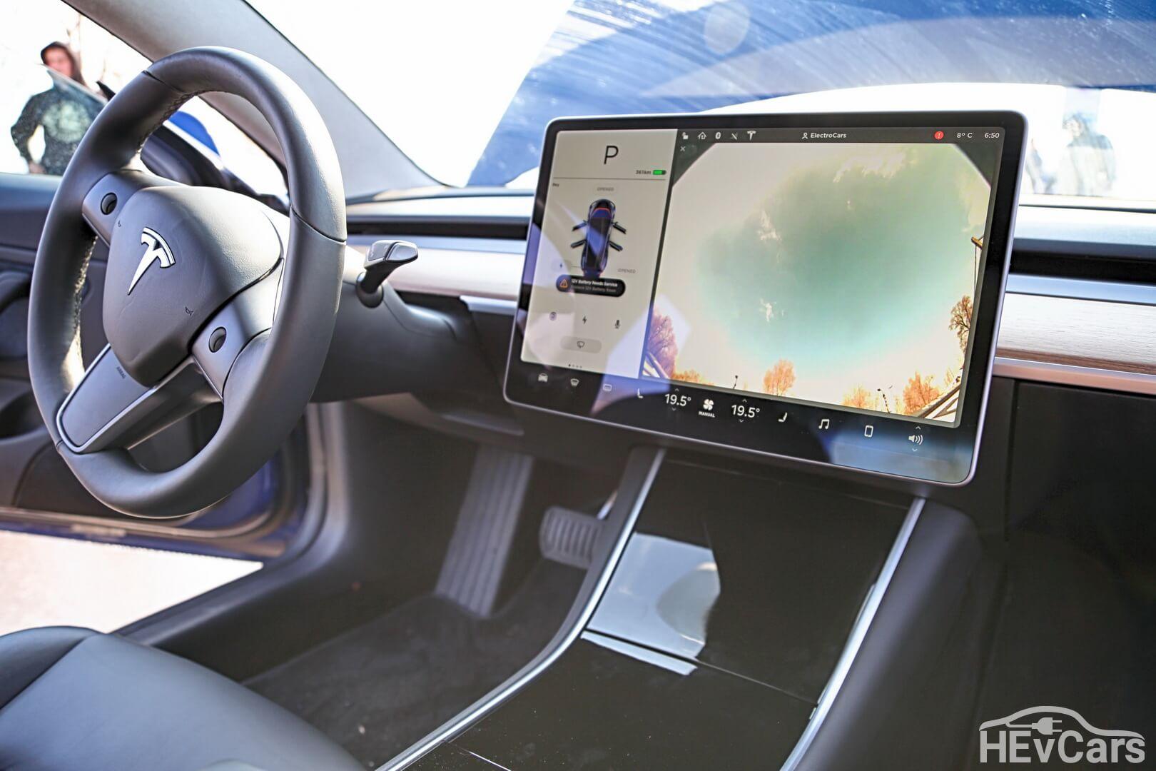Рулевое колесо и центральный дисплей Tesla Model 3