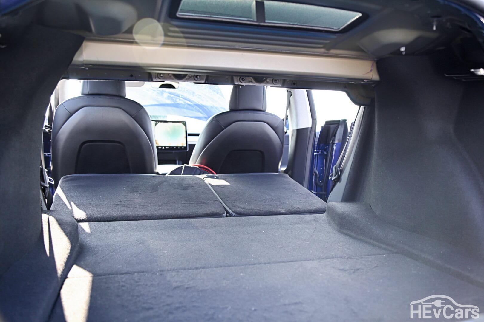 Откидные сиденья заднего ряда Tesla Model 3
