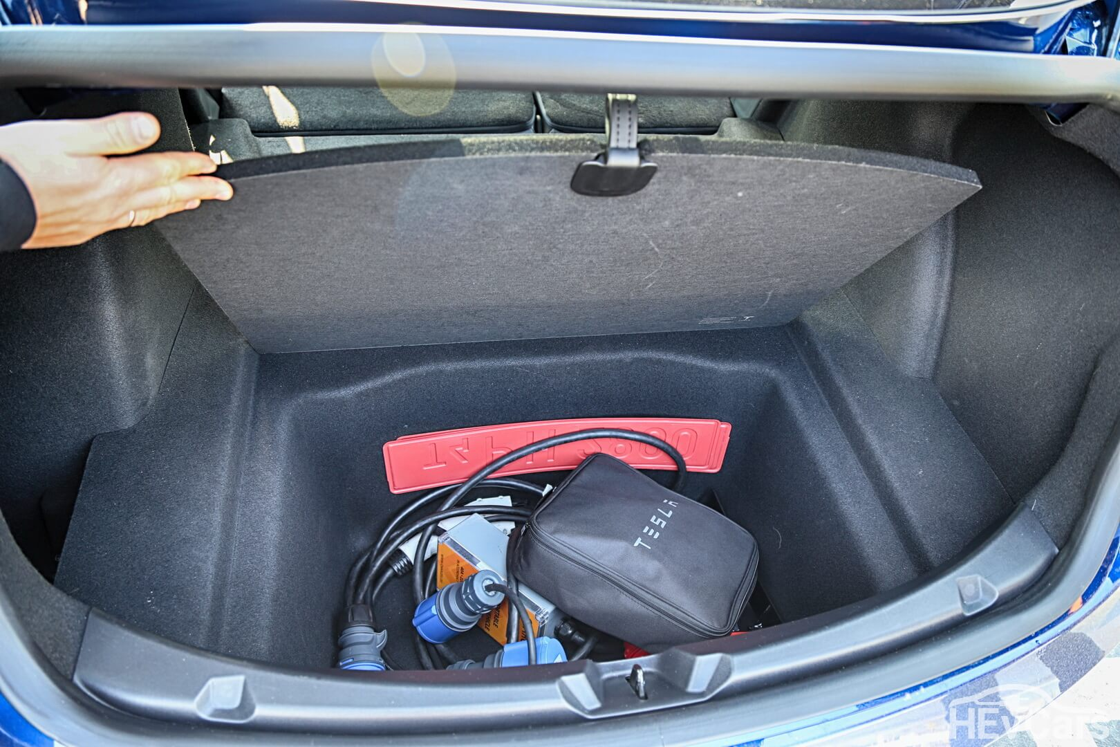 Внутреннее отделение под багажником Tesla Model 3 для зарядных кабелей