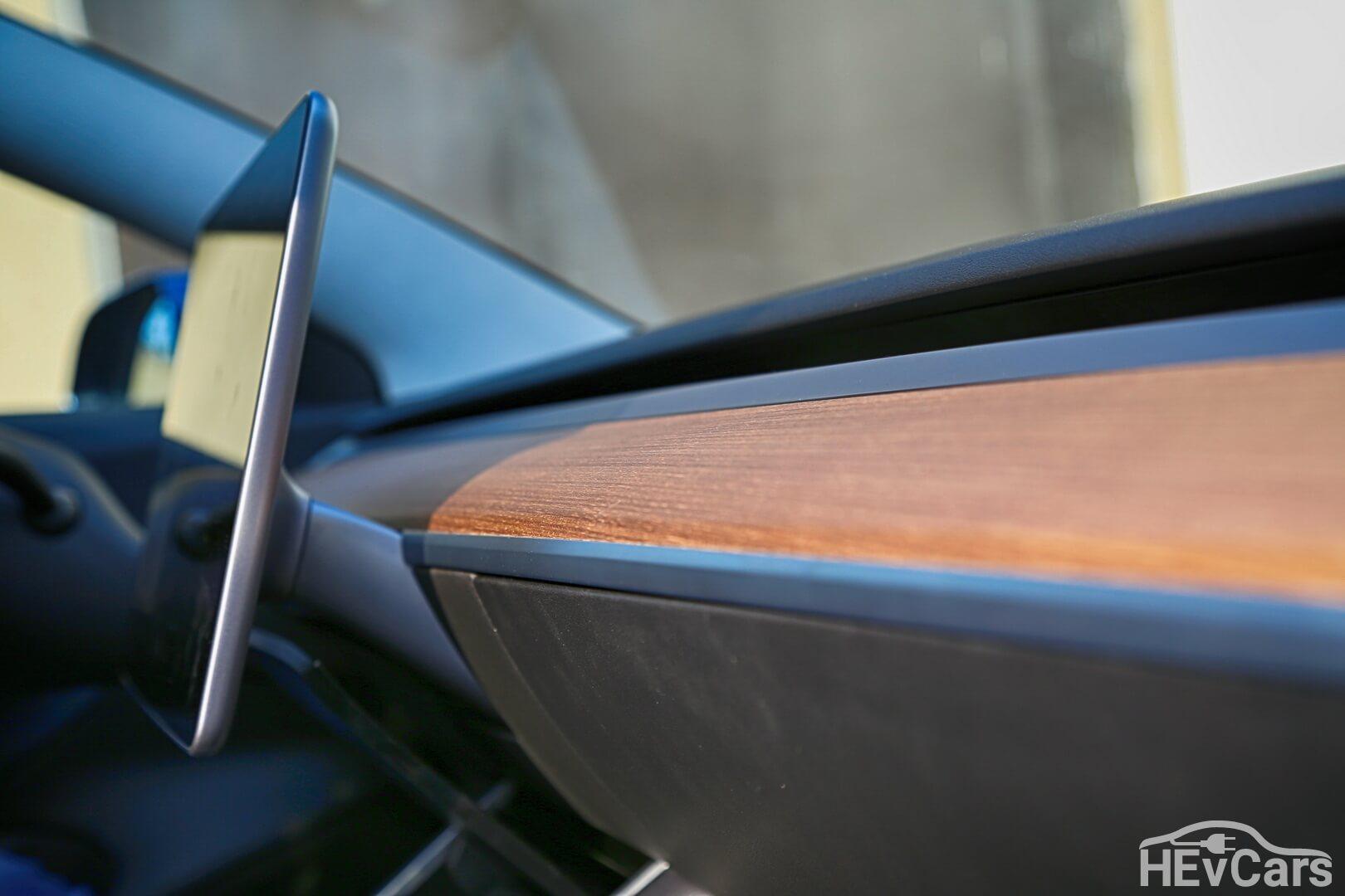 Деревянная вставка под дефлекторами обдува приборной панели Tesla Model 3