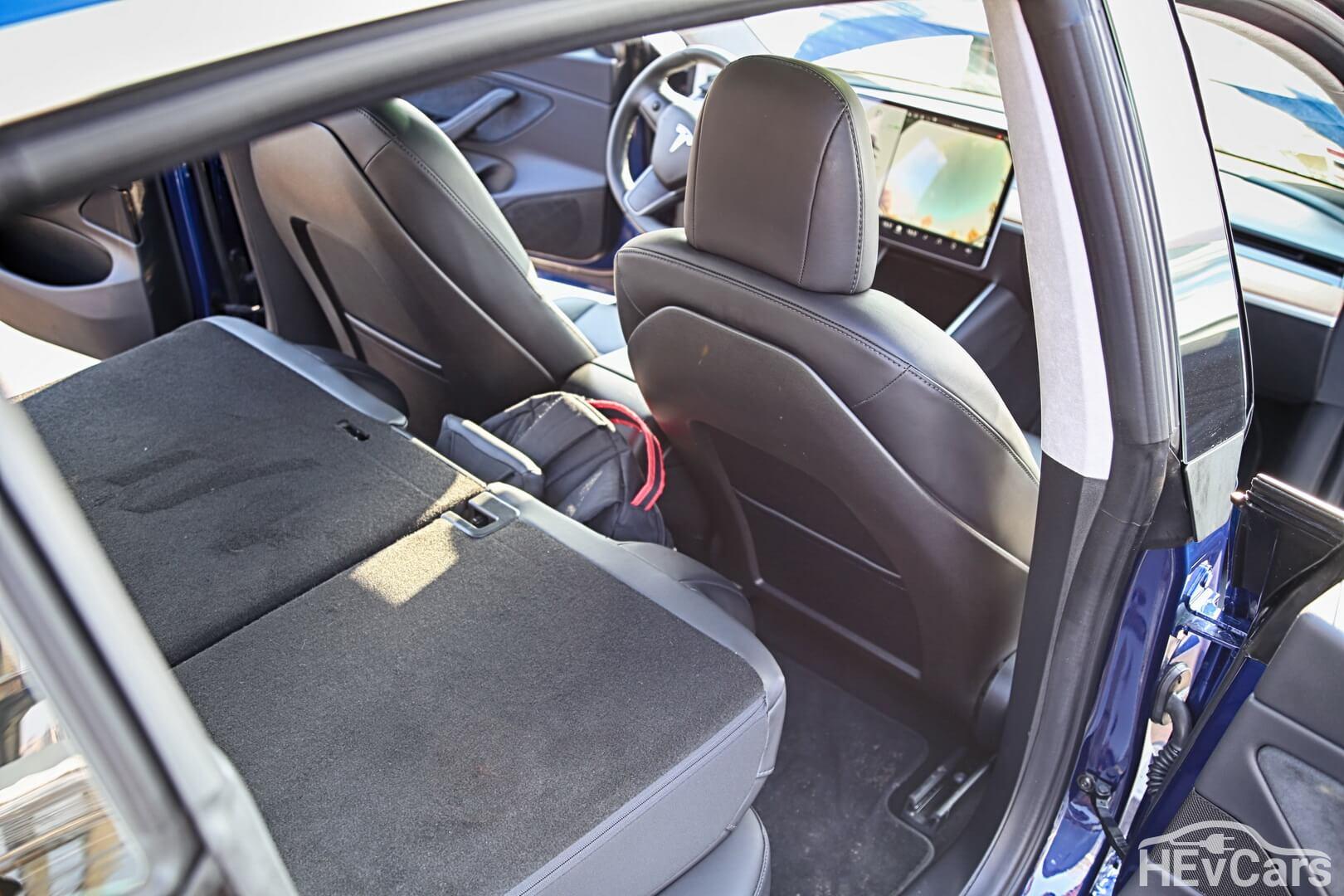 Задний ряд сидений Tesla Model 3