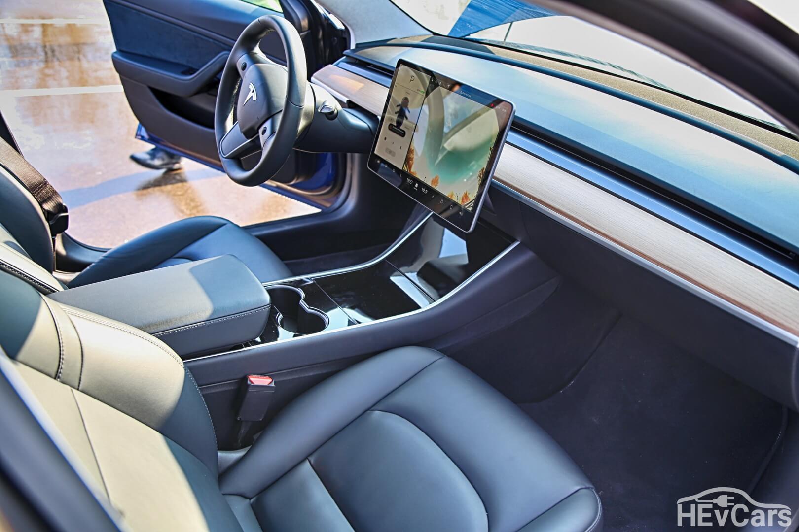 Приборная панель и передние сидения Tesla Model 3