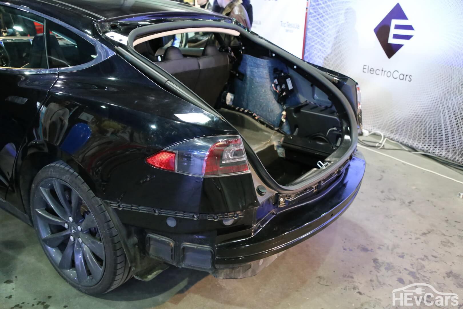 Багажник Tesla Model S 85 в разобранном виде