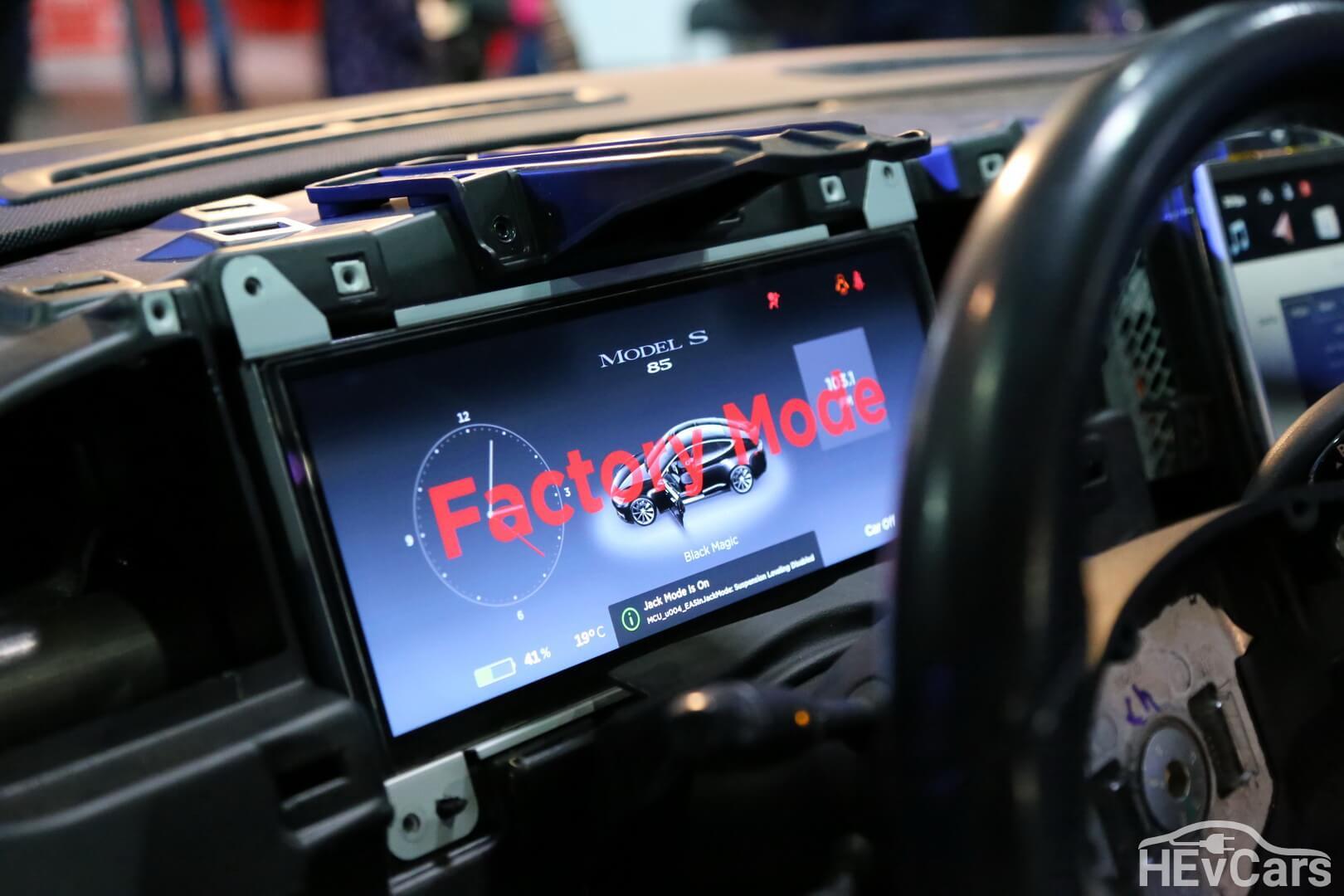 Надпись на дисплее Factory Mode Tesla Model S
