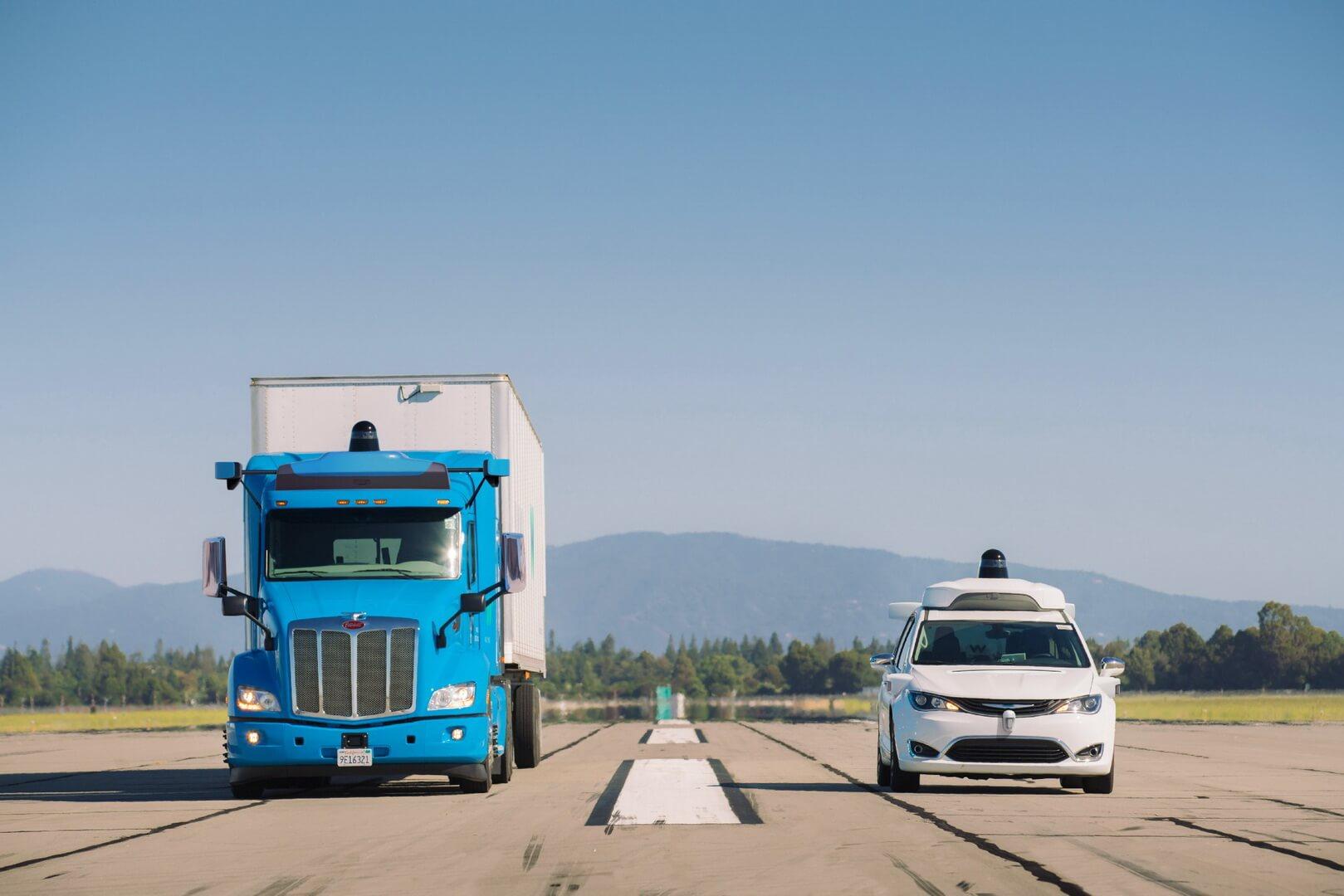 Грузовик Peterbilt и минивэн Chrysler Pacifica с системами автономного управления