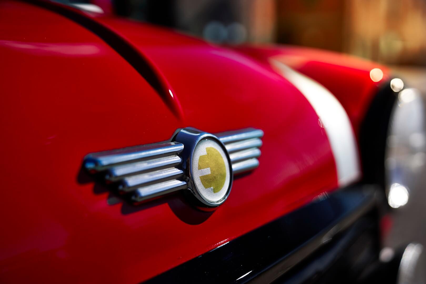 Шильдик, указывающий на электромобиль Mini Electric