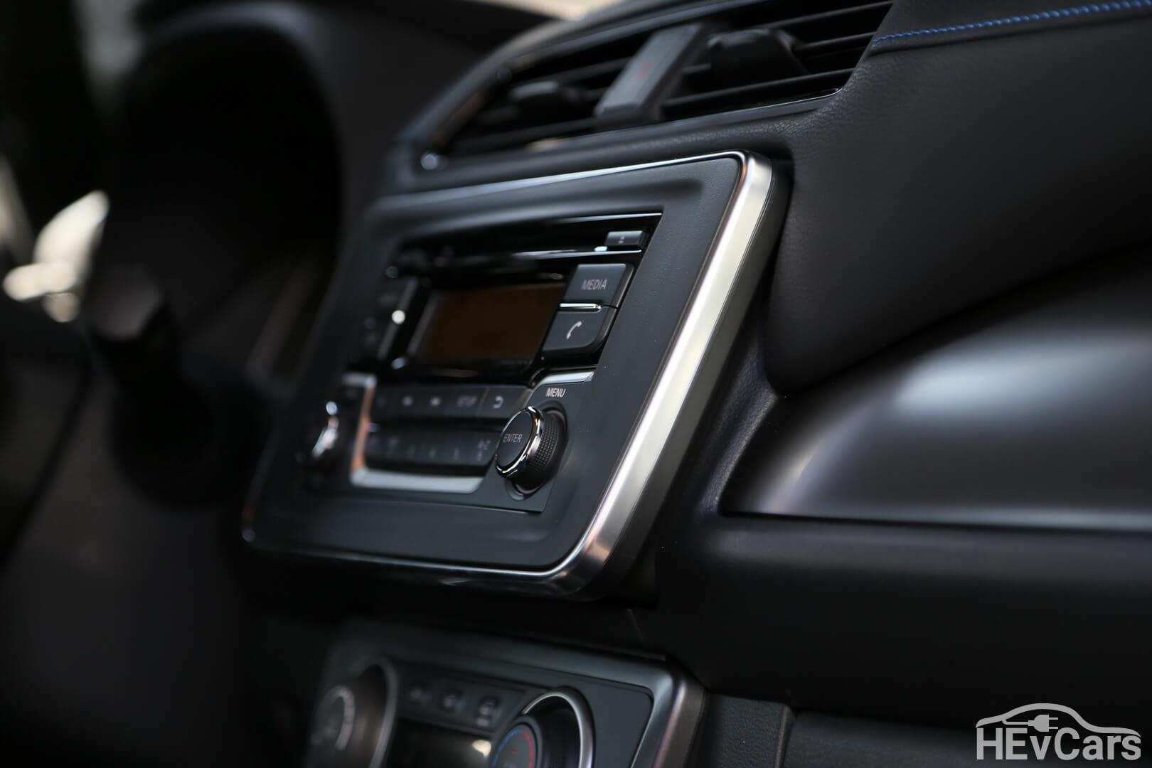 Передняя панель отделана кожзамом с синей строчкой в Nissan Leaf 2018
