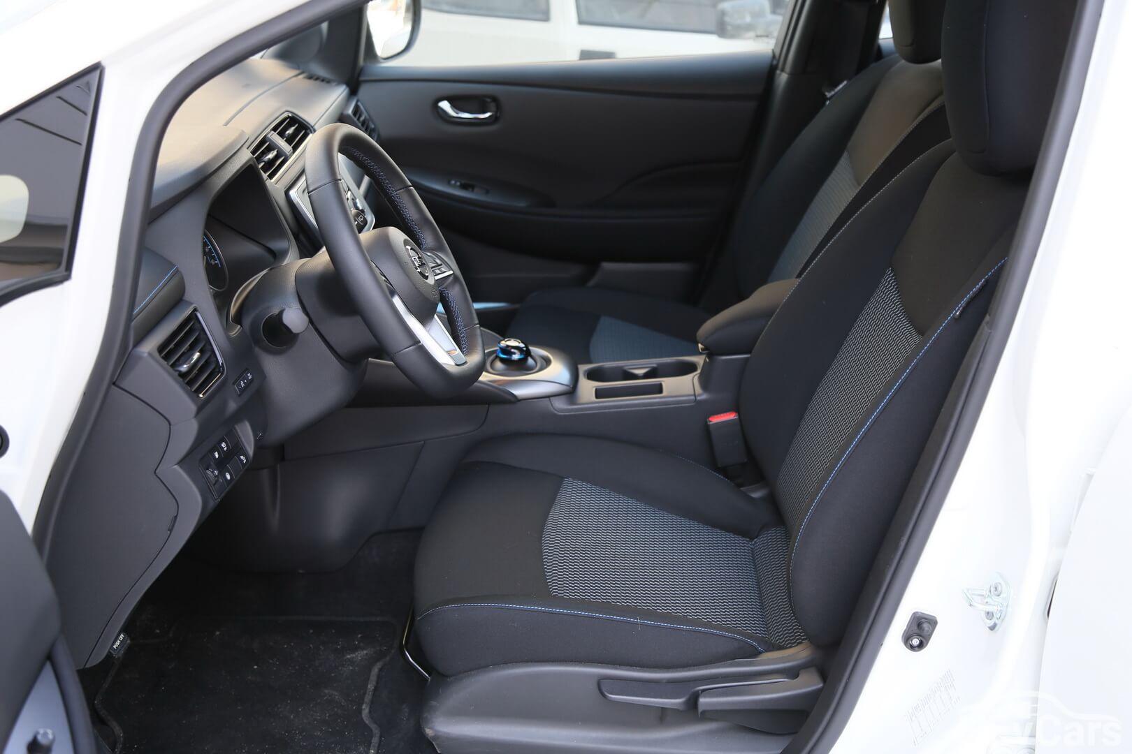 Передний ряд сидений в Nissan Leaf 2018
