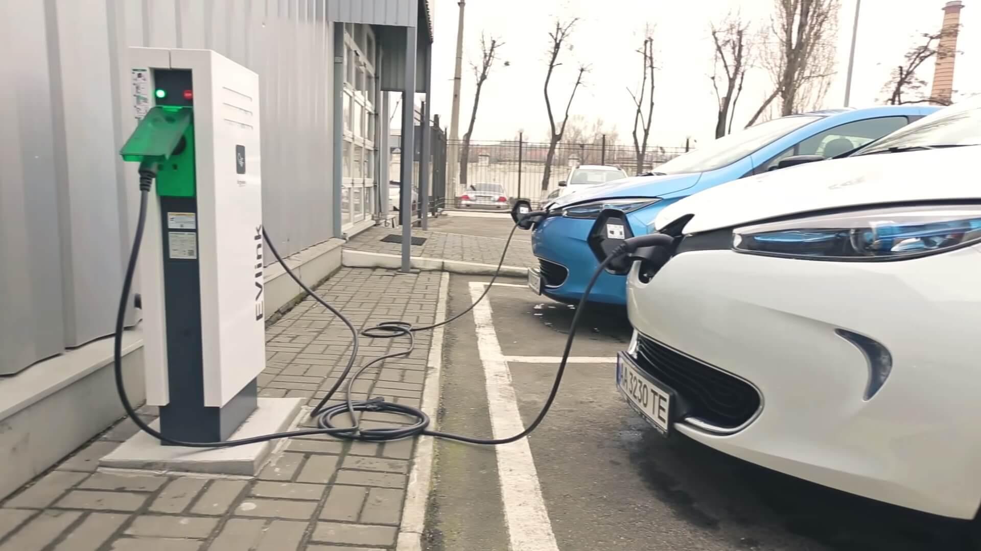 Электромобили Renault ZOE на зарядке