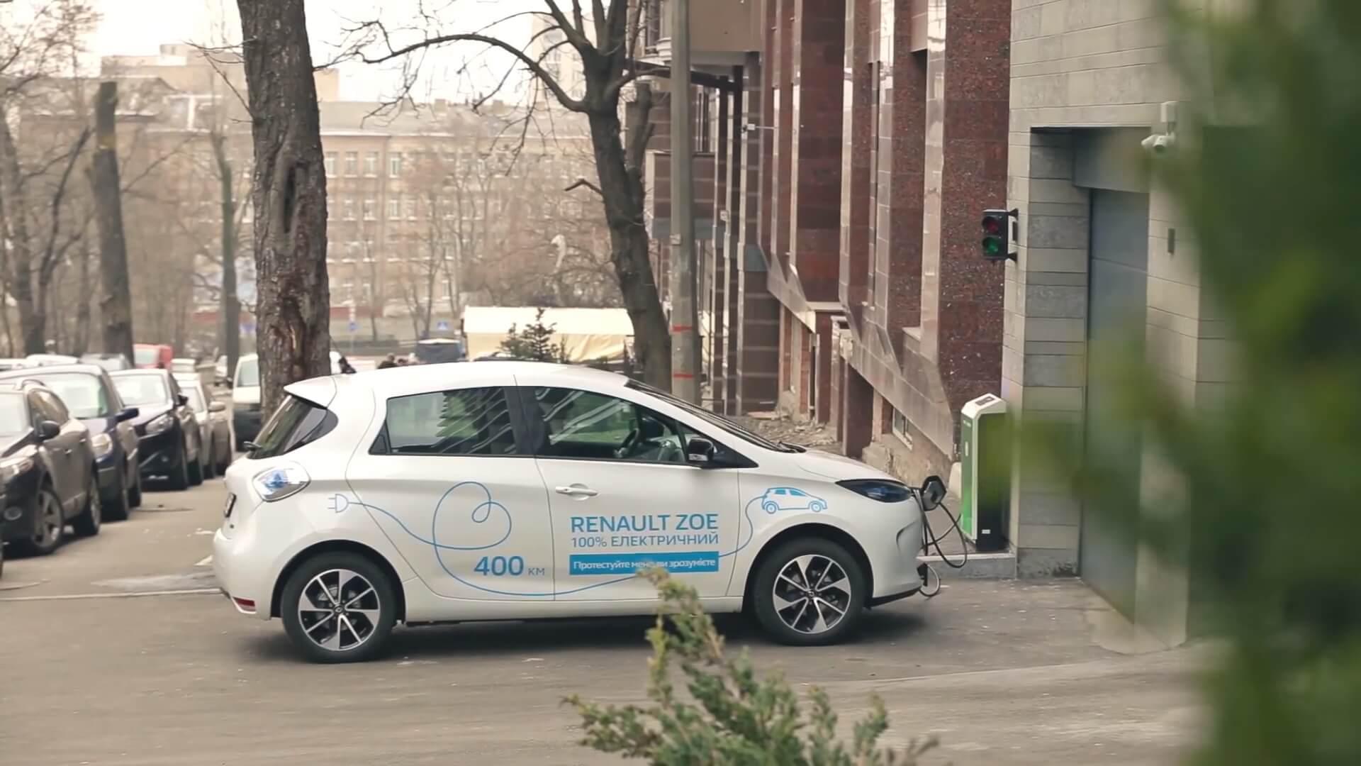 Электромобиль Renault ZOE на зарядке