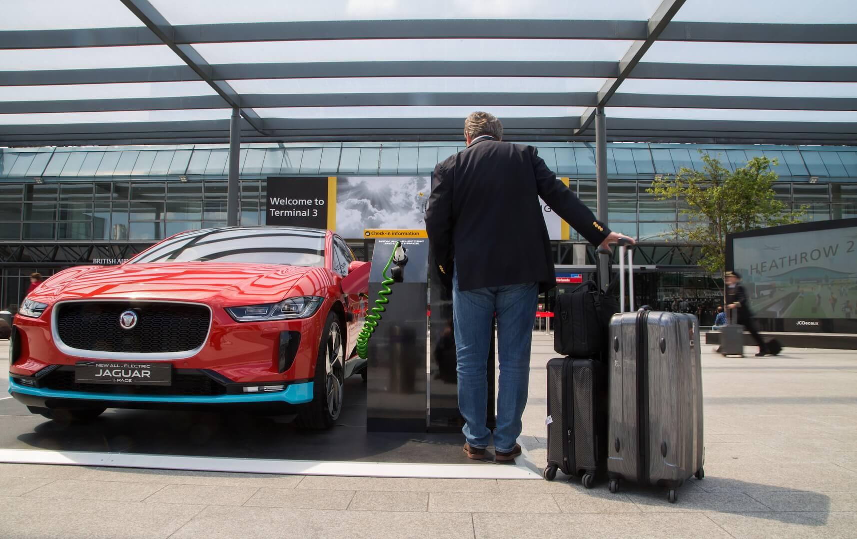 Электрический кроссовер Jaguar I-Pace в аэрпорту Хитроу