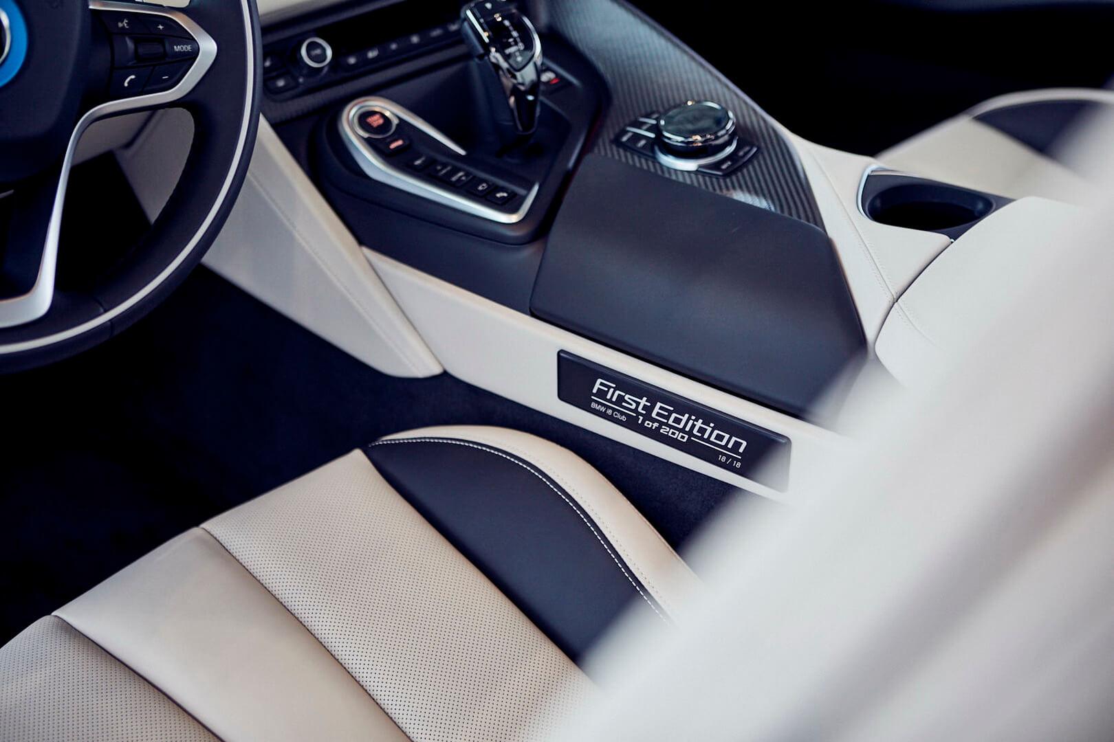 Шильдик эксклюзивности BMW i8 Roadster First Edition