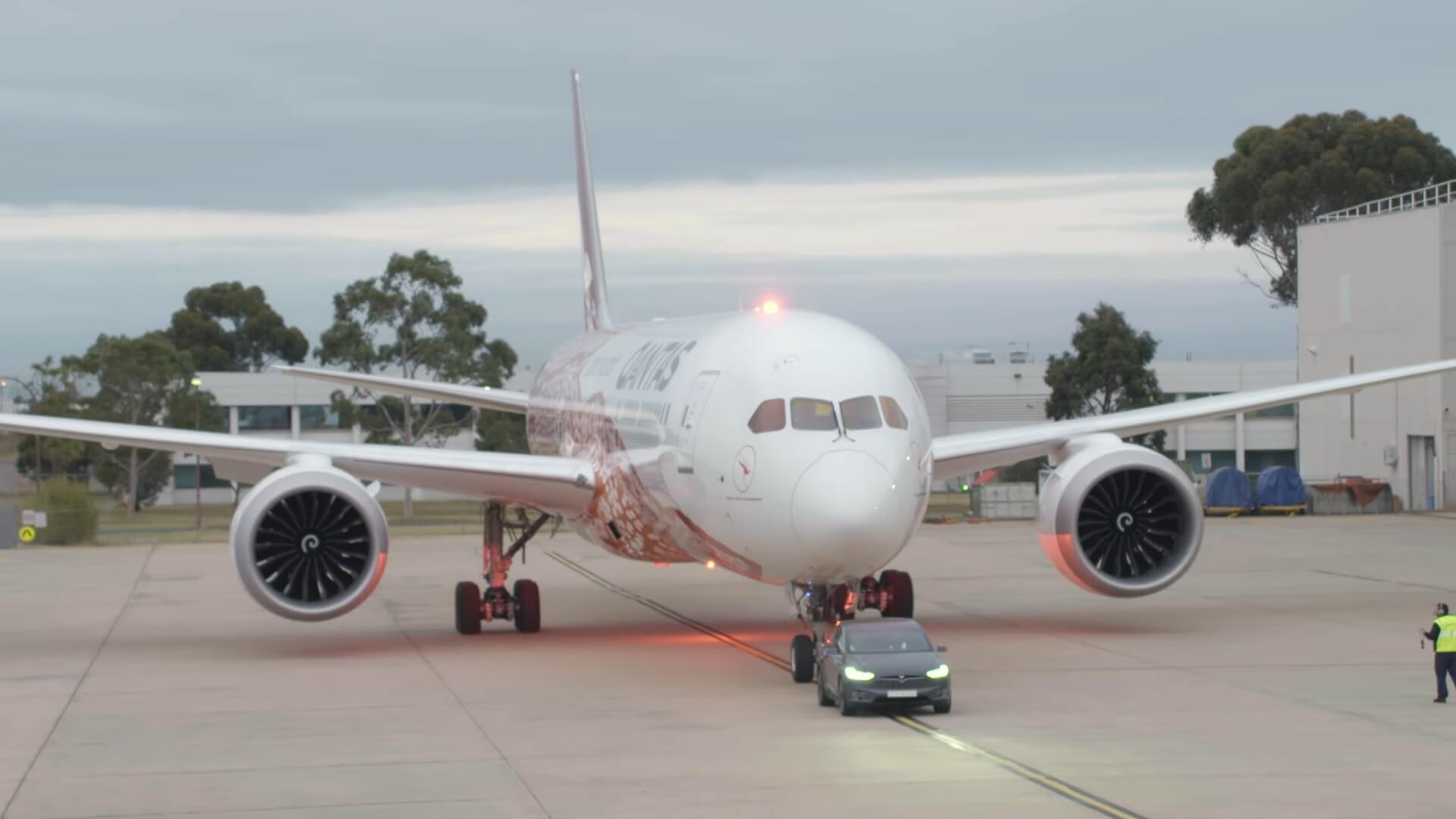 Tesla Model X буксирует Boeing 787-9 Dreamliner в аэропорту Мельбурна